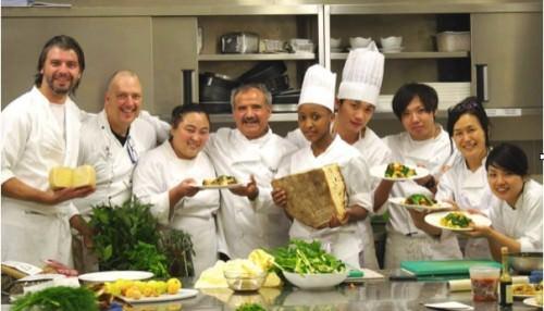 Peppe Zullo nella sua scuola di  cucina