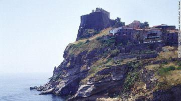 """La CNN invita i turisti ad andare in vacanza in Italia in """"carcere"""""""