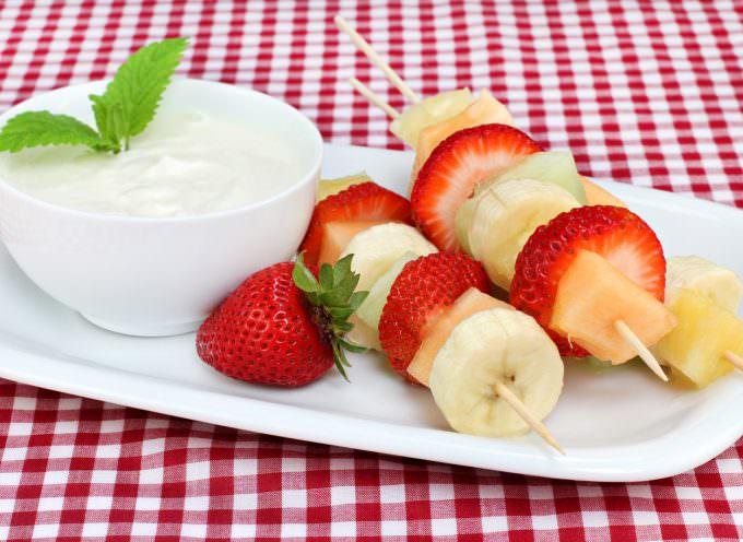 Frutta (anche secca) e yogurt: gli alimenti ideali da consumare come 'spuntino' durante l'estate
