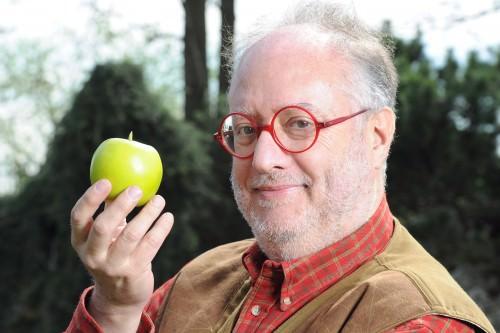 Raspelli mela verde in mano [3][10]