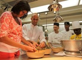 Sam Kass è il cuoco che sta dietro alla campagna di Michelle Obama per la sensibilizzazione al maggiore consumo di frutta e verdura