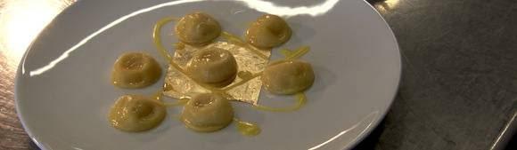 Ravioli serviti su un foglio d'oro