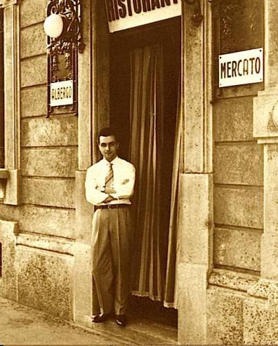 Gualtiero Marchesi a vent'anni, sulla soglia dell'Albergo Ristorante al Mercato