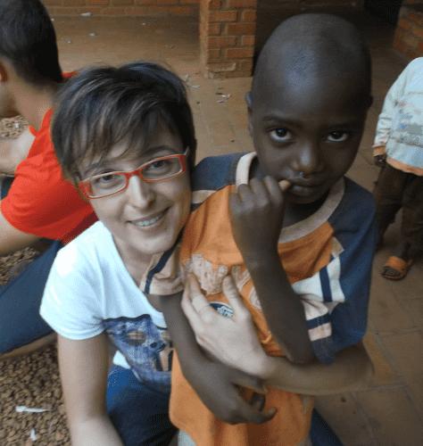 Simona Raspelli in Burundi 474x500 Simona Raspelli racconta la sua esperienza come volontaria tra Burundi e Palestina in un libro