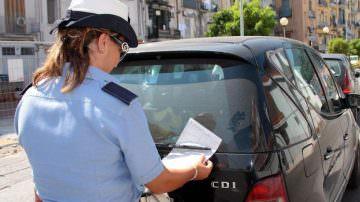 Multa per divieto di sosta: si può annullare? NO… però a Milano forse Sì!