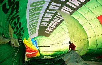 Dirigibile di Greenpeace sorvola il cielo di Milano, sede di EXPO2015