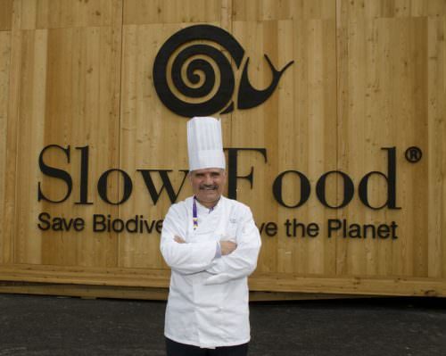 Peppe Zullo davanti al Padiglione di Slow Food