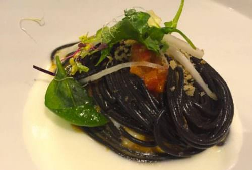 Spaghetti al nero di seppia Felicetti con ricci di mare e mozzarella