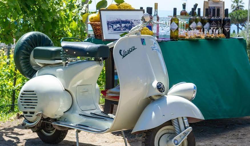 Vespa Food Tasting Tour: Alla scoperta del bello e del buono di Napoli in vespa