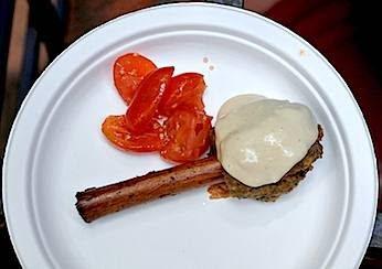 Polpette alla cannella con insalata piccante di pomodori e tahina