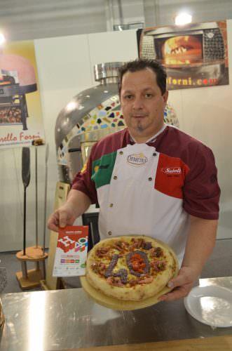 Gianni Calaon - tre volte Campione del Mondo (2010 Pizza Classica, 2011 Pizza Sana, 2013 Pizza in Pala) con la sua pizza in onore della 40ma edizione di Expo Riva Hotel