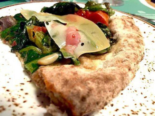 Pizza Pompei con cicoria ripassata, pomodoro Piennolo del Vesuvio dop, Provolone del Monaco dop e colatura di alici di Cetara