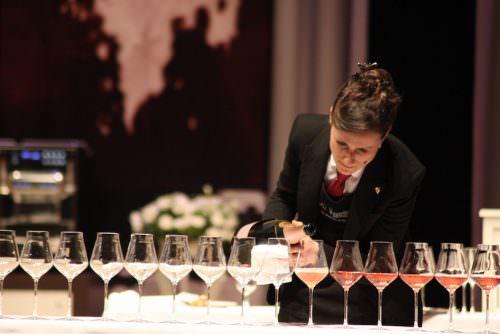 Julie Dupouy impegnata nel servizio di una magnum di Champagne