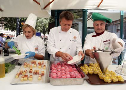 1° maggio alta cucina a Modena a Tavola con 11 Chef nel centro storico, sotto i portici