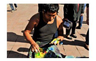 Promenade di Nizza: c'è anche chi dipinge con le dita