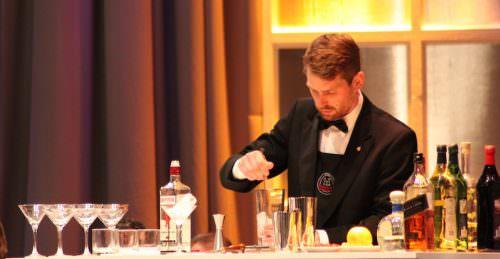 Arvid Rosengren prepara un cocktail per l'aperitivo