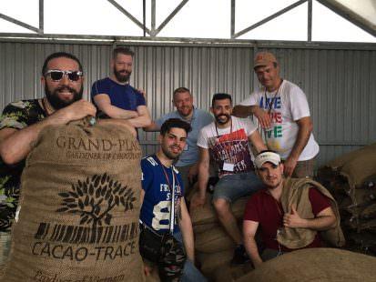 Fave di cacao in partenza. I pastry chef da sx a dx > Rinaldini, Daloiso, Tribuzio, Willo, Caridi, Pepe, Malizia (accosciato)