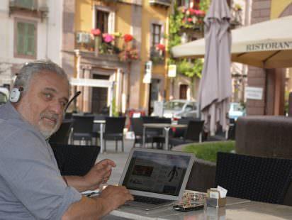 """Il Direttore di Newsfood.com nel suo """"Ufficio"""" a Bosa - Foto di Tommaso Chiarella"""