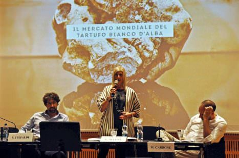 Da sinistra: Fabio Tripaldi, assessore al Turismo e alla Cultura della Città di Alba, Liliana Allena, presidente dell'Ente Fiera Internazionale del Tartufo Bianco d'Alba e Mauro Carbone, direttore ATL Alba Bra Langhe Roero