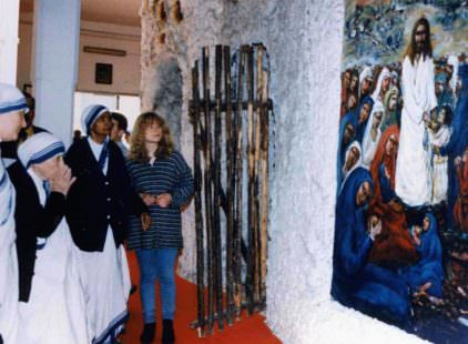 Carlo Riccardi -1996 Madre Teresa davanti al Presepe dei netturbini-Roma