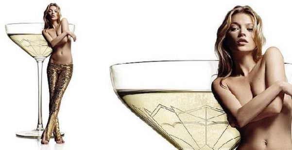 Kate Moss, il suo seno dà forma a un calice di bollicine
