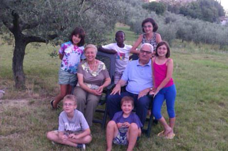 Claudio Peri con moglie e sei nipoti