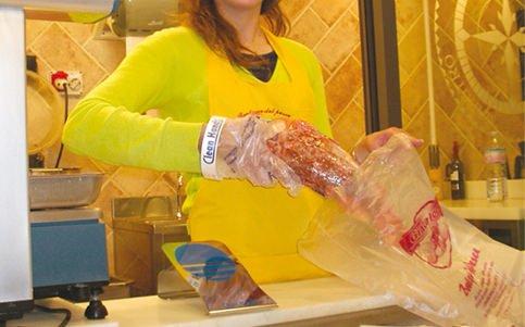 Igiene e alimenti al banco: non basta avere i guanti