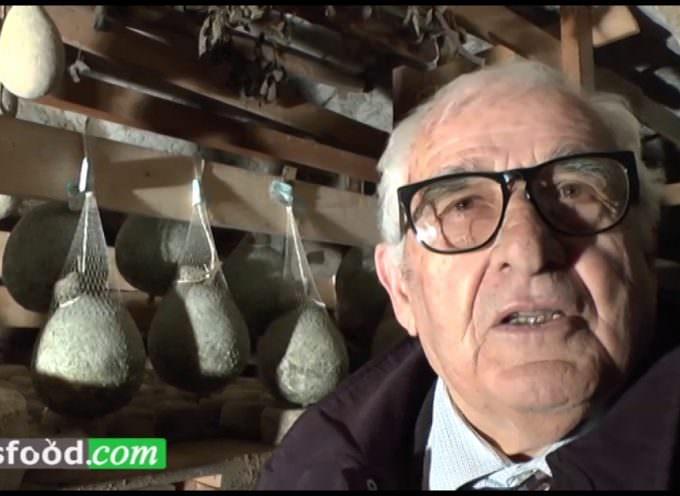 Genesio De Feo esperto stagionatore di Caciocavallo Irpino in grotta