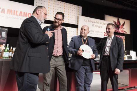 Ezio Balarini, Group chief marketing officer di Autogrill, ha premiato Alessandro Pipero e il suo chef Luciano Monosilio