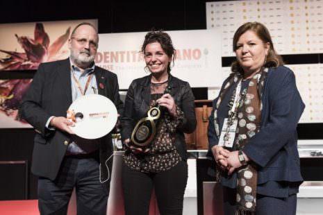 Marianna Vitale riceve da Cristina Ziliani una magnum di Guido Berlucchi come vincitrice del premio Identità Donna