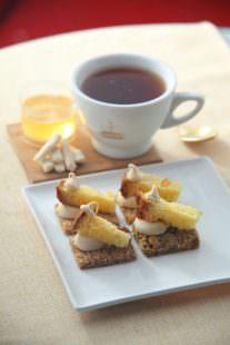 Panettone Fiasconaro su mini porzione di croccante al pistacchio con crema alla manna