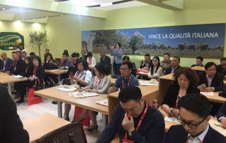 La Cina vuole l'olio extra vergine d'oliva italiano per i Cinesi ricchi… e vuole anche l'Italia