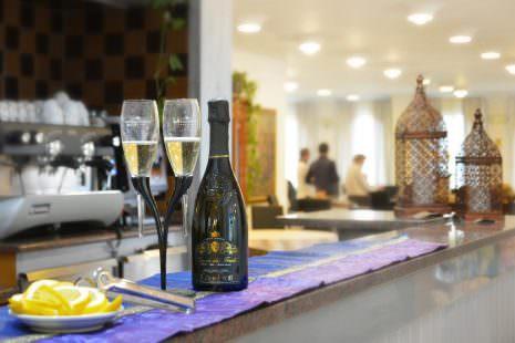 Il Bar dove si possono trovare vini di alta qualità, e anche liquori ricercati da appassionati