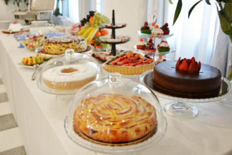 Il buffet con la colazione
