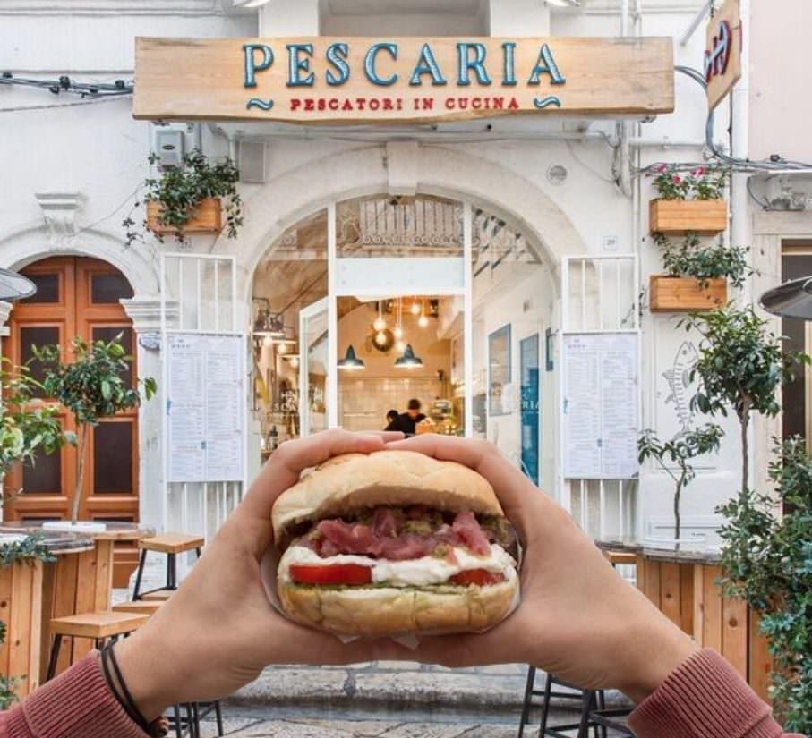 Pescaria panini con pesce crudo o fritto: da Polignano a Mare… a Milano