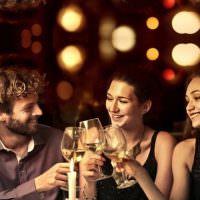 Giovani e bollicine: i Millennials fanno retromarcia e preferiscono il vino ai superalcolici