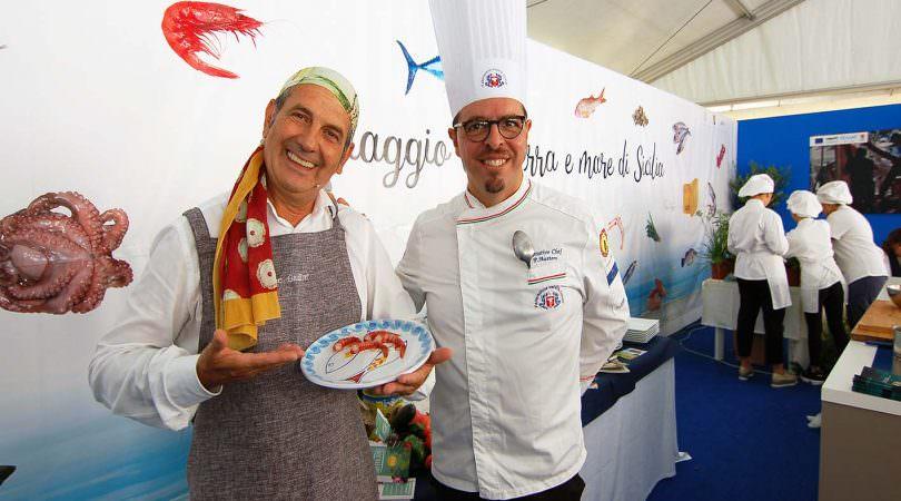 Peppe Giuffre con un professore dell 'Istituto Alberghiero di Marsala