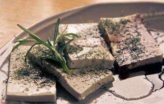Formaggio di soia: le proprietà del tofu e i consigli per cucinarlo