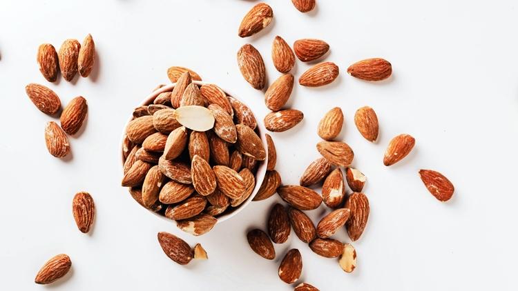 Un nuovo studio rivela che mangiare mandorle può aiutare a migliorare le risposte del cuore e del sistema nervoso allo stress