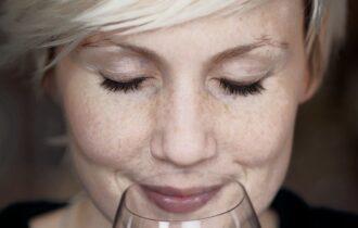Il mondo della grappa di tinge di rosa: numeri in crescita del consumo femminile