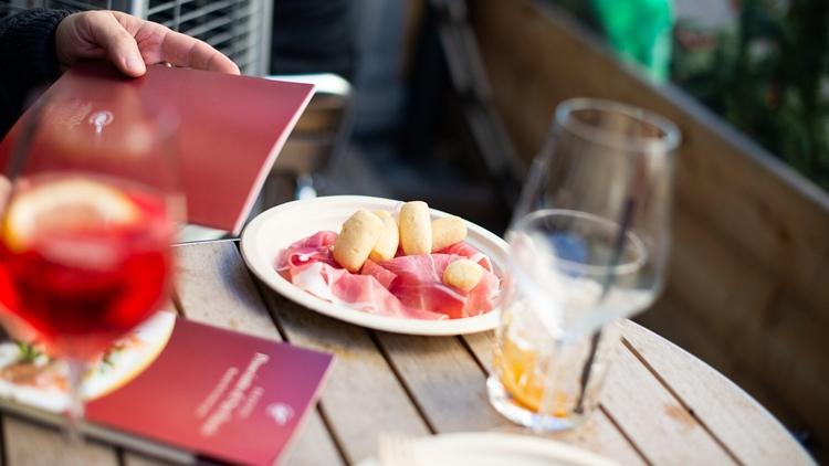 Il Prosciutto di San Daniele lancia l'iniziativa solidale per l'aperitivo a casa a supporto dei ristoratori italiani: destinati a loro i proventi delle food box eco-sostenibili