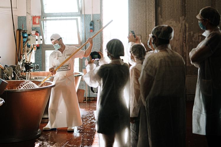 Il Parmigiano Reggiano dribbla il Covid: gli appassionati assisteranno alla produzione in diretta social