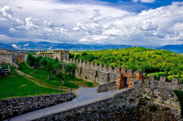 La Rocca di Lonato del Garda si illuminerà di verde in occasione del Global Greening che vede coinvolti circa 440 importanti siti di tutto il mondo