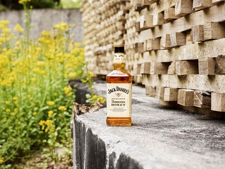 Jack Daniel's Tennessee Honey in occasione della Giornata Mondiale delle Api del 20 maggio invita i consumatori a tutelare l'ambiente per salvaguardare le api