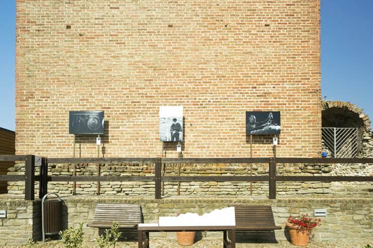 """Volti di Barbaresco – 39 """"cavalieri"""" in bianco e nero circondano la Torre Medievale: una mostra fotografica en plein air consacra le stelle del vino"""