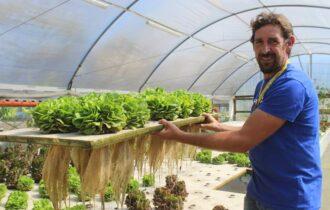 Green: lombrichi e carpe Koi per produrre gli ortaggi dei Vip, l'ex cuoco lascia i fornelli per fare l'agricoltore