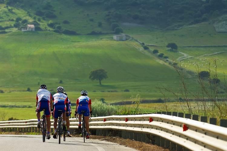 Sardegna: 3 (vini) bianchi e il Pecorino Romano pedalano con BEST, nuova rete bike-hotel