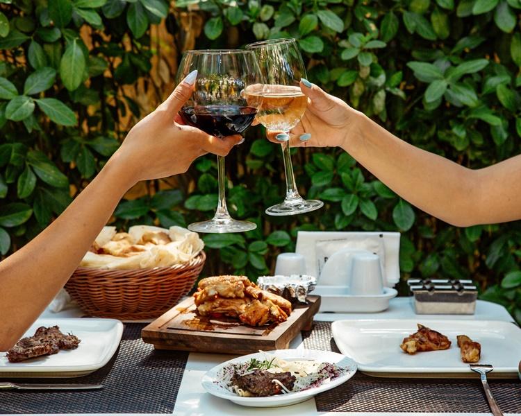 """Marche: dalla vigna alla tavola   """"Ri-conviviamo"""": 15 ristoranti per 15 serate con 35 cantine. Al via il 16 settembre"""
